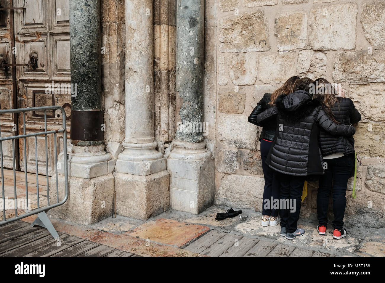 Jerusalem, Israel. 26th February, 2018. Worshippers pray outside the closed doors of the Church of the Holy Sepulchre Stock Photo
