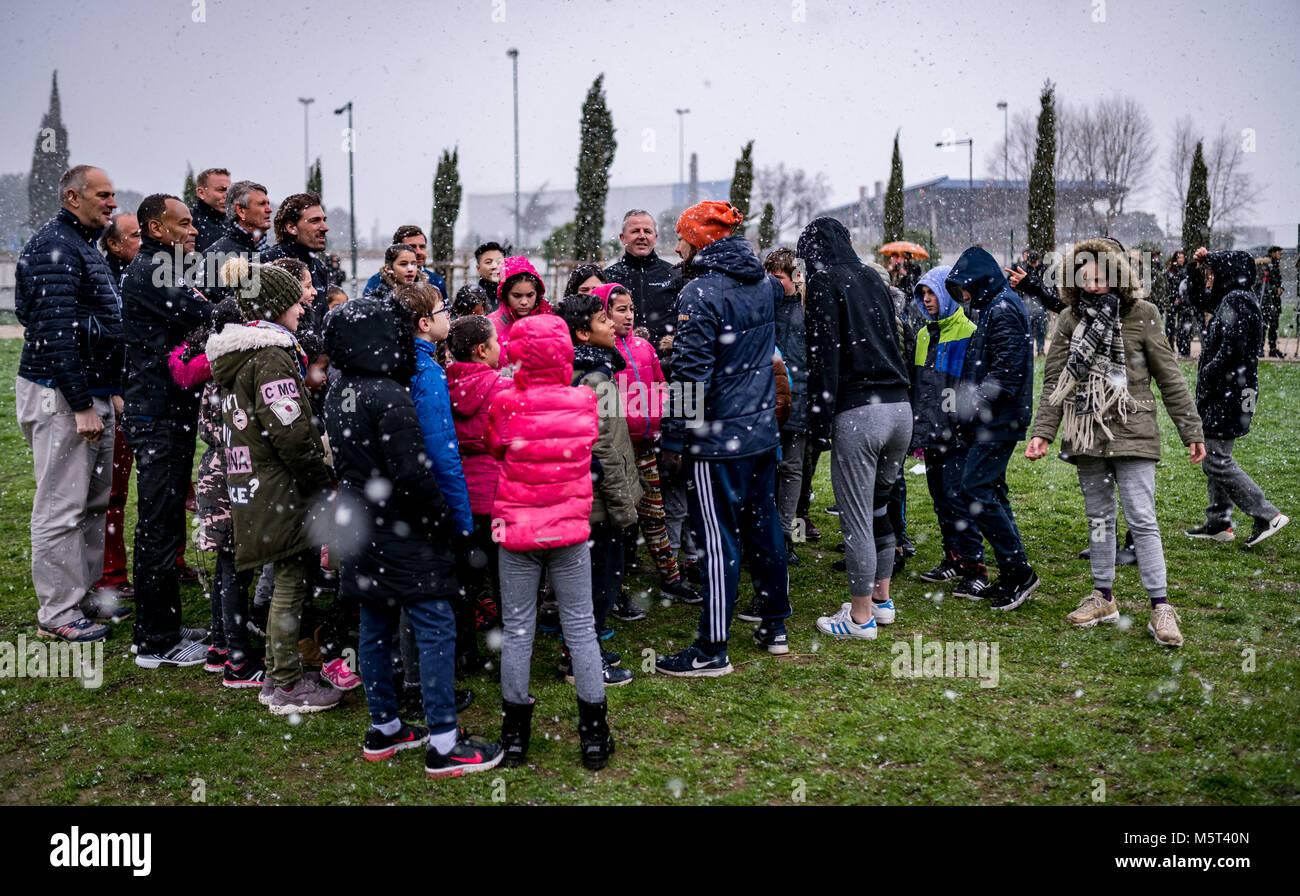 Die Academy withglieder im Gespraech with Kinder des Projekts.  Projektbesuch PLAY International.  LAUREUS WORLD - Stock Image