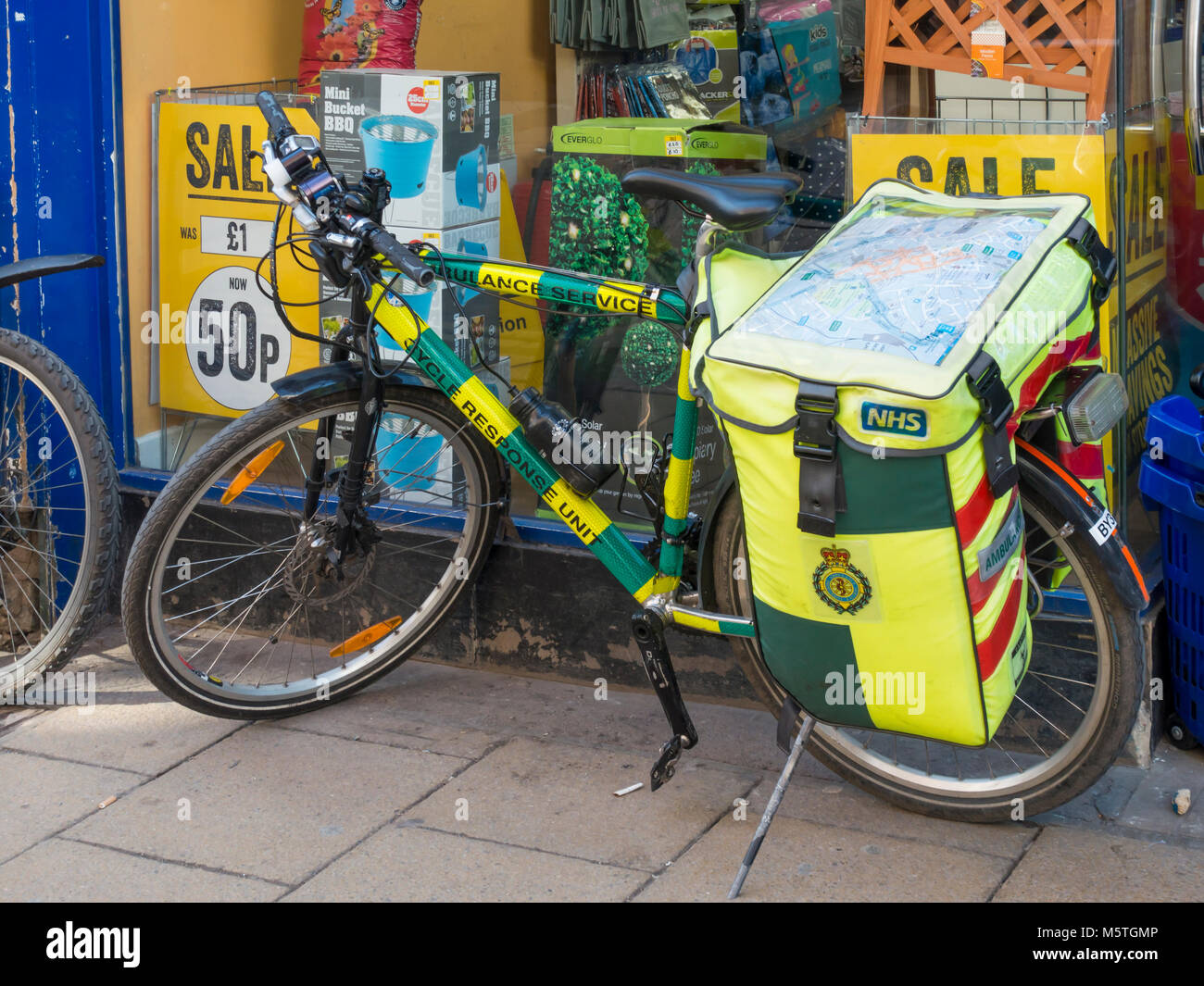 NHS National Health Service Emergency Response Ambulance service  bicycle for providing support in crowded city Stock Photo