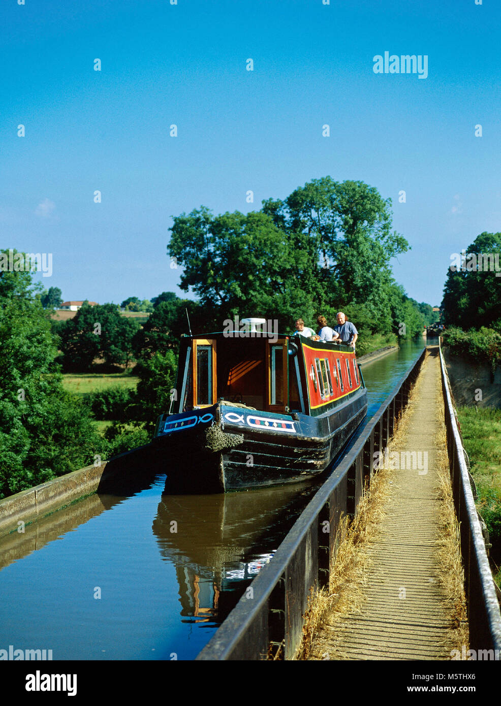 Narrowboat crossing Edstone Aqueduct, also known as Bearley Aqueduct as it is close to the village of that name - Stock Image