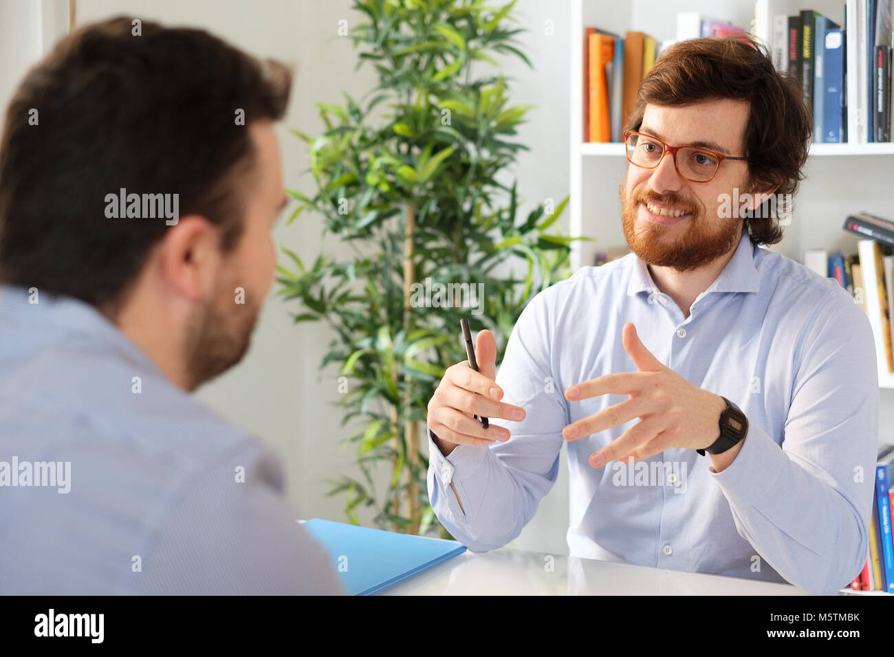 Male businessman interviews potential employee - Stock Image