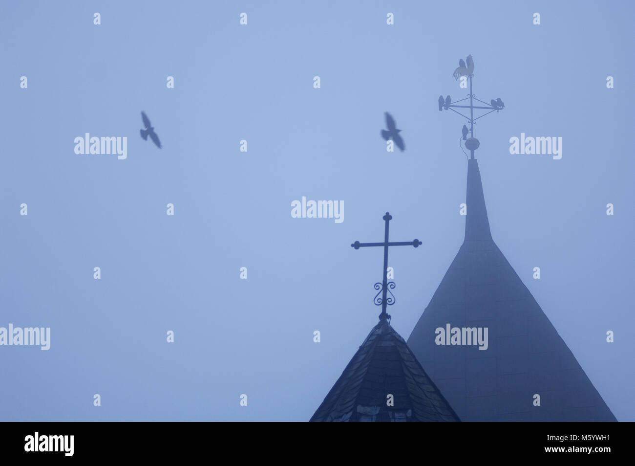 Kirchturm im Nebel - Stock Image