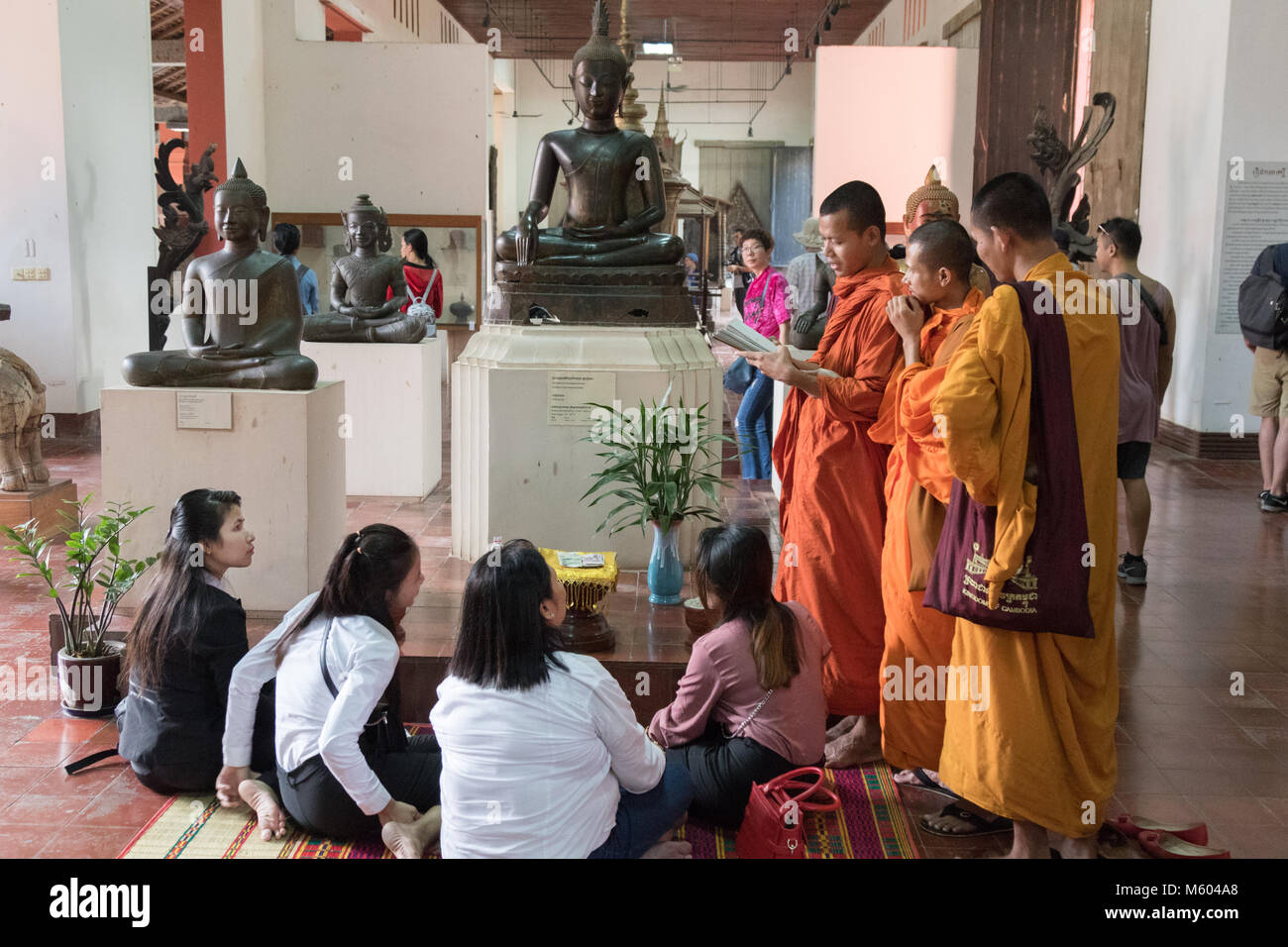 Cambodia Monks talking to schoolchildren in the National  Museum of Cambodia, Phnom Penh, Cambodia, Asia - Stock Image