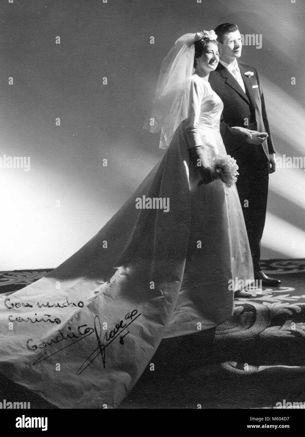 1960s 1970s wedding caucasian couple posing in studio with original pen love message. Black and white shot. Italy - Stock Image