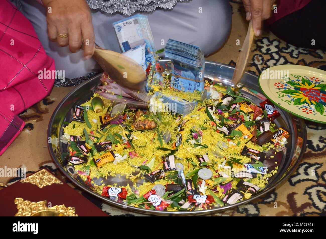 TARAKAN, INDONESIA - 4th September 2016 :  The Traditional Bugisnese Ceremonial handover of 'uang panai' - Stock Image
