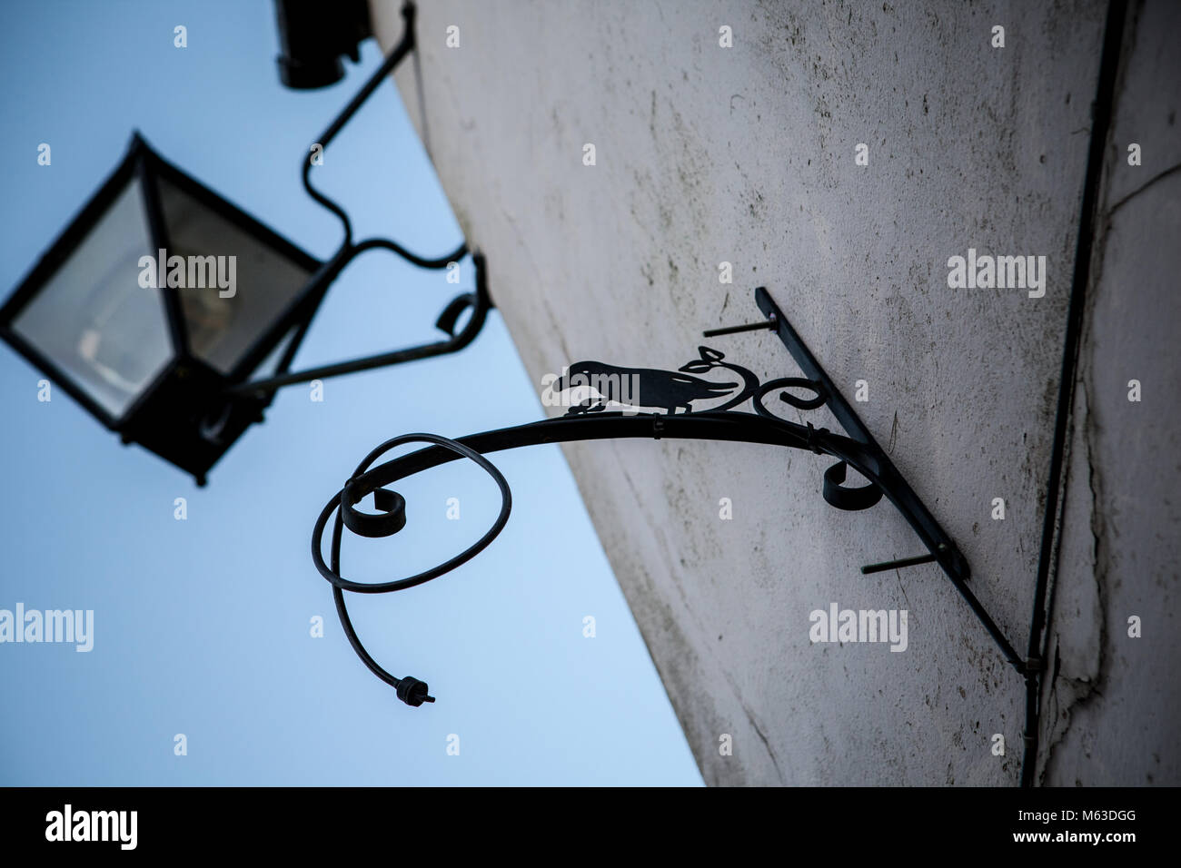 Old Victorian street lamp against blue sky in Deddington, England - Stock Image