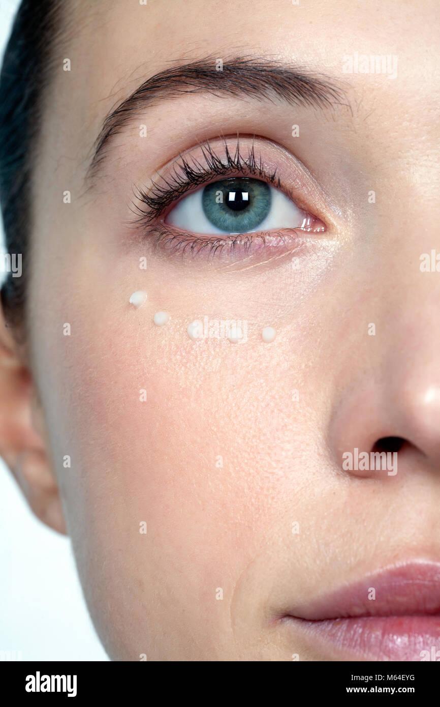 Under Eye Makeup Brush: Bags Under Eyes Stock Photos & Bags Under Eyes Stock