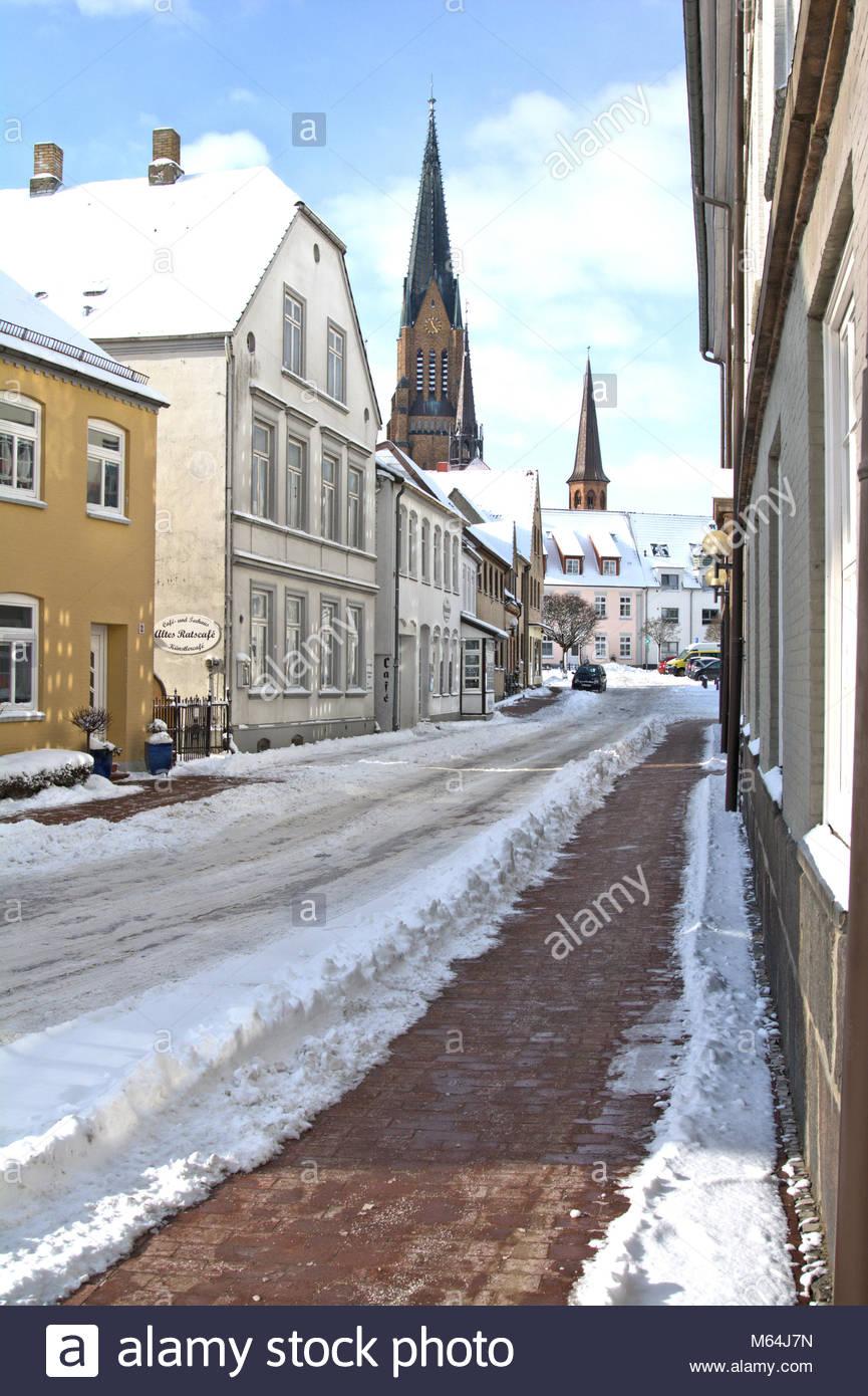 Der Winter zeigt sich zum Ende in Schleswig nochmal von seiner heftigen, aber schönen Seite. Der St. Petri Dom vom Stock Photo