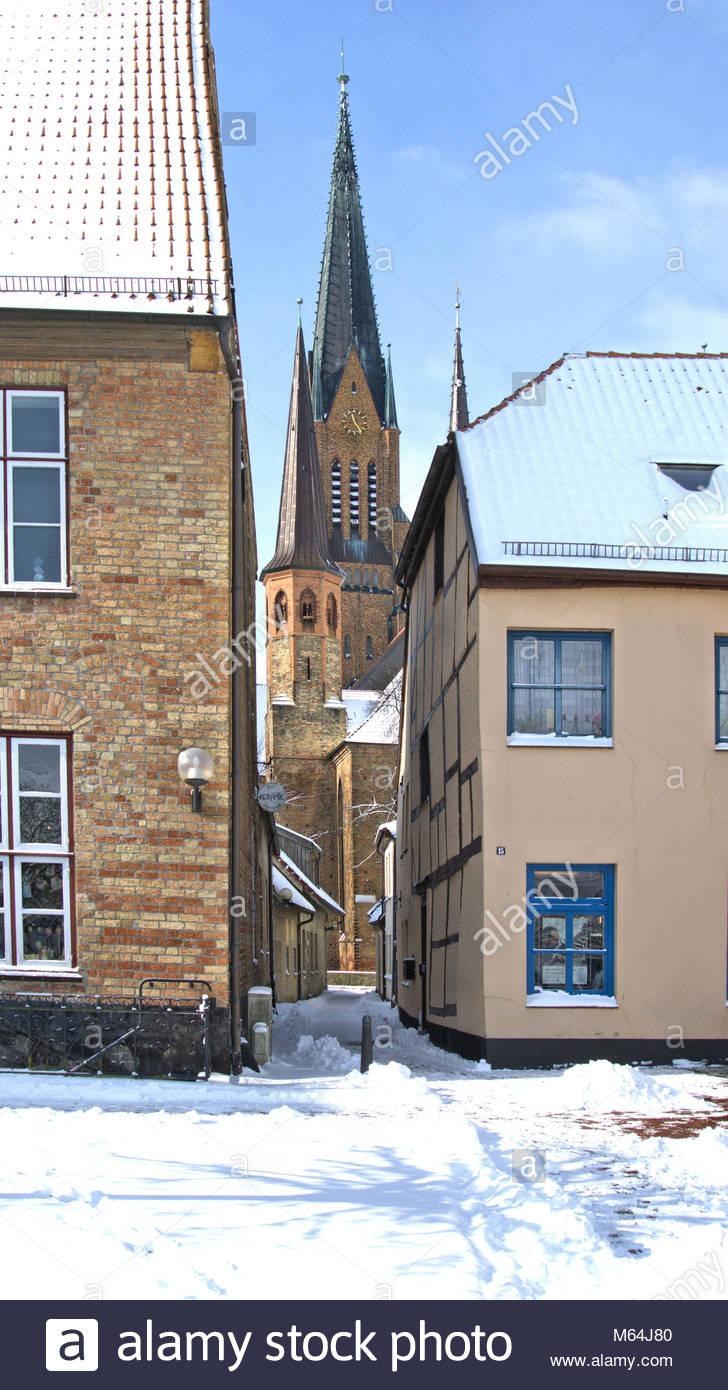 Der Winter zeigt sich zum Ende in Schleswig nochmal von seiner heftigen, aber schönen Seite. Apothekergang mit St. Stock Photo