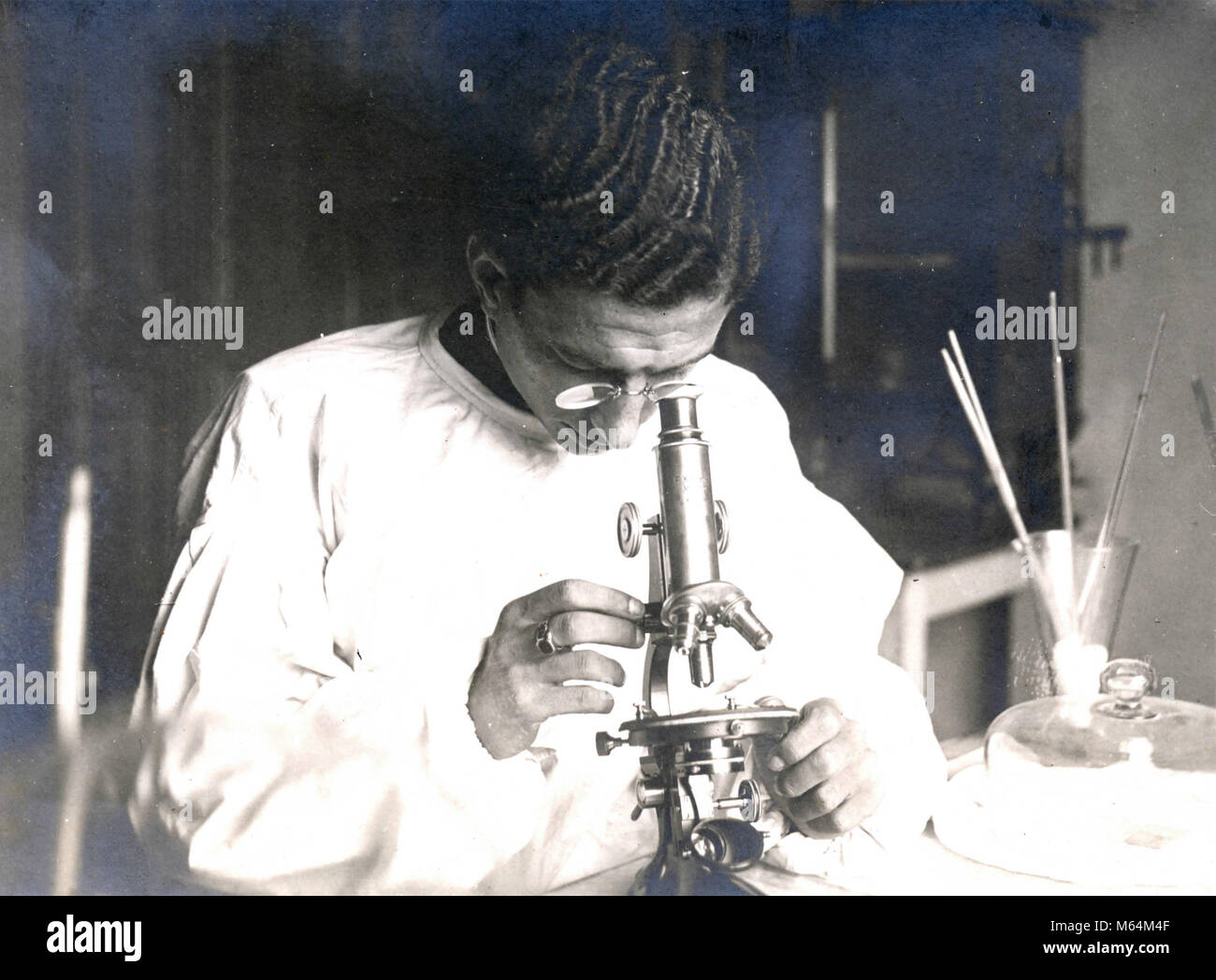 Scientist analyzing with the microscope, Italy 1930s - Stock Image