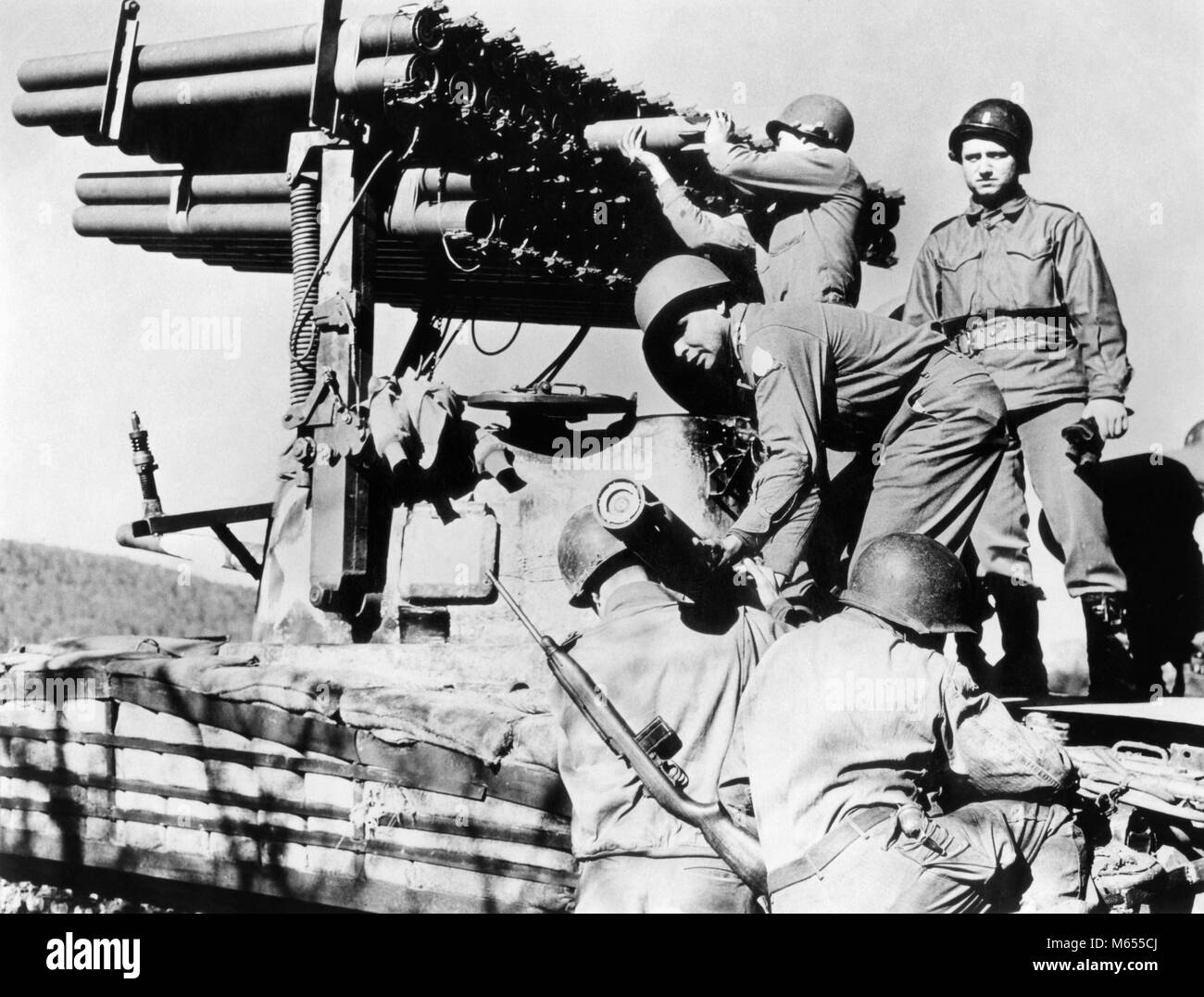 1940s MEN SOLDIERS LOADING T-34 ROCKET LAUNCHER MOUNTED ON SHERMAN M-4 TANK WORLD WAR 2 WWII - a2741 HAR001 HARS - Stock Image