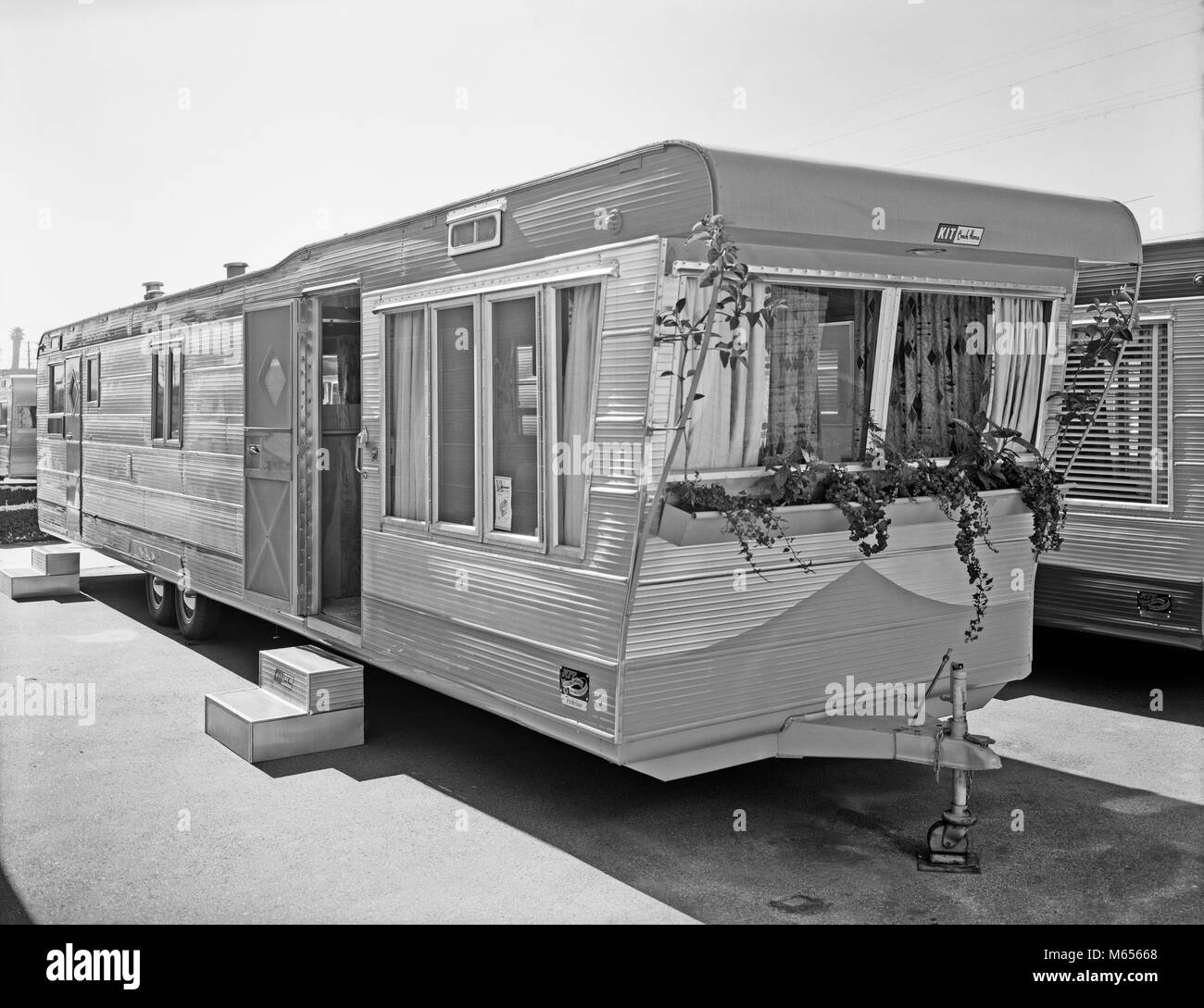 1950s MOBILE HOME IN TRAILER PARK - by007177 CAM001 HARS OLD FASHIONED - Stock Image