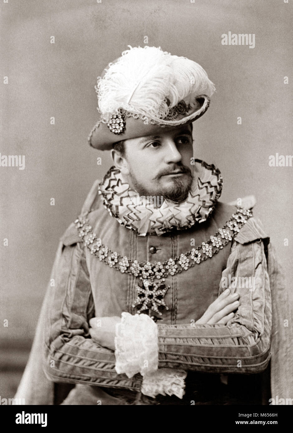 1890s MAN ACTOR IN ELIZABETHAN FASHION COSTUME RUFFLED COLLAR & CUFFS VELVET TUNIC HAT WITH LARGE FEATHER PLUME - Stock Image