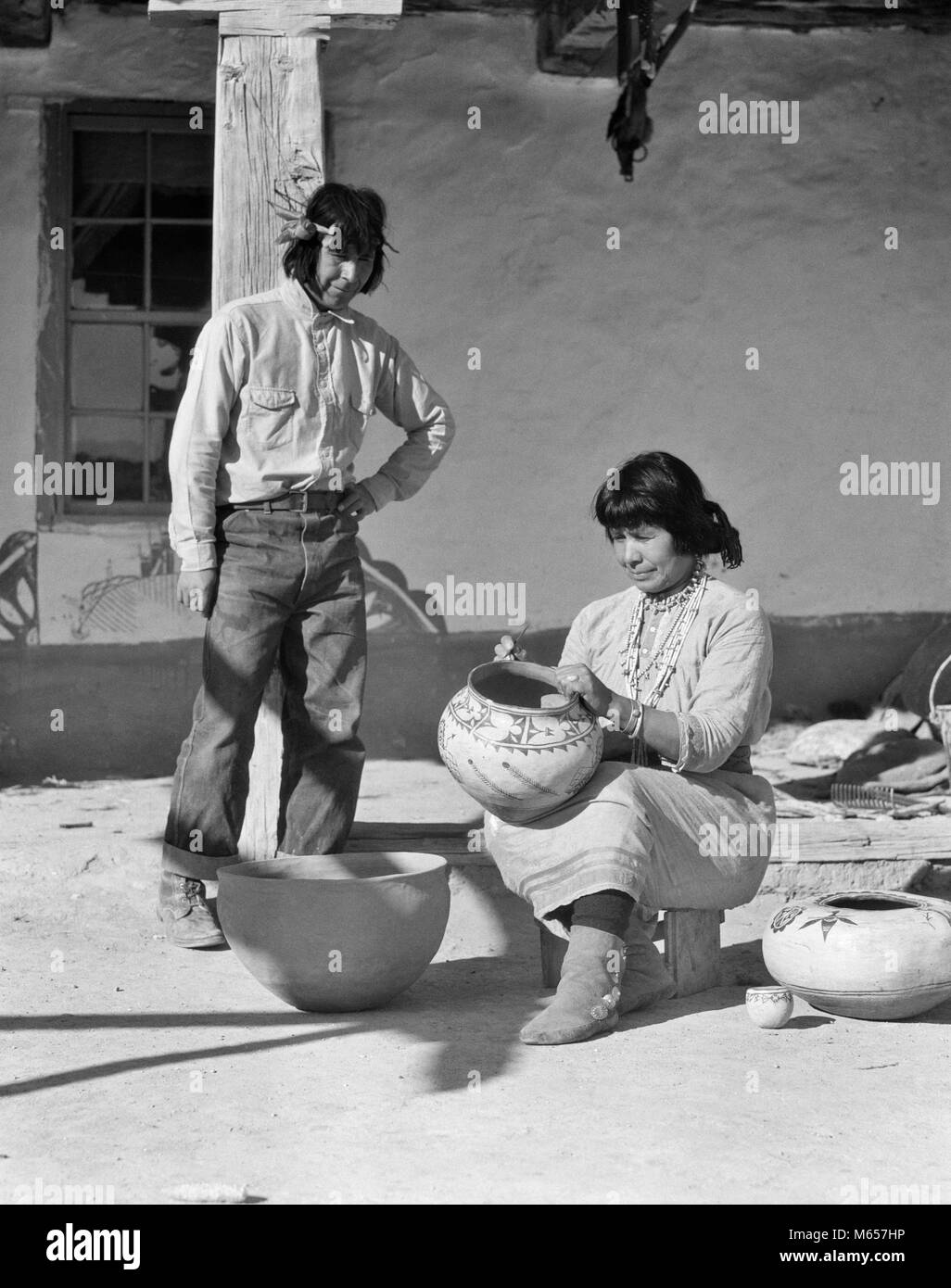 1930s NATIVE AMERICAN MAN AND WOMAN DECORATING POTTERY COCHITI PUEBLO NEW MEXICO USA - i1489 HAR001 HARS OLD FASHIONED - Stock Image
