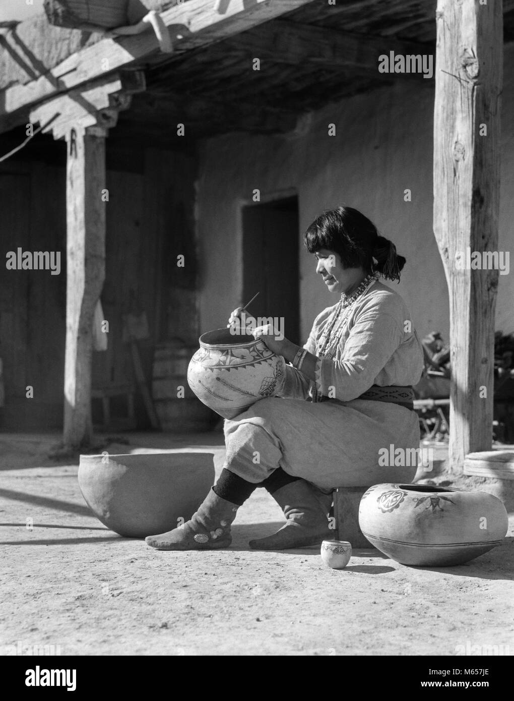 1930s NATIVE AMERICAN INDIAN WOMAN DECORATING POTTERY COCHITI PUEBLO NEW MEXICO USA - i1493 HAR001 HARS 25-30 YEARS - Stock Image
