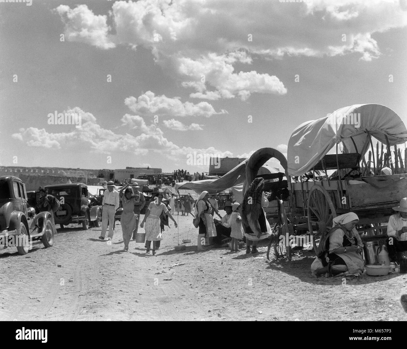 1930s PEOPLE GATHERING FOR NATIVE AMERICAN INDIAN CORN DANCE AND FIESTA LAGUNA PUEBLO NEW MEXICO USA - i1819 HAR001 - Stock Image