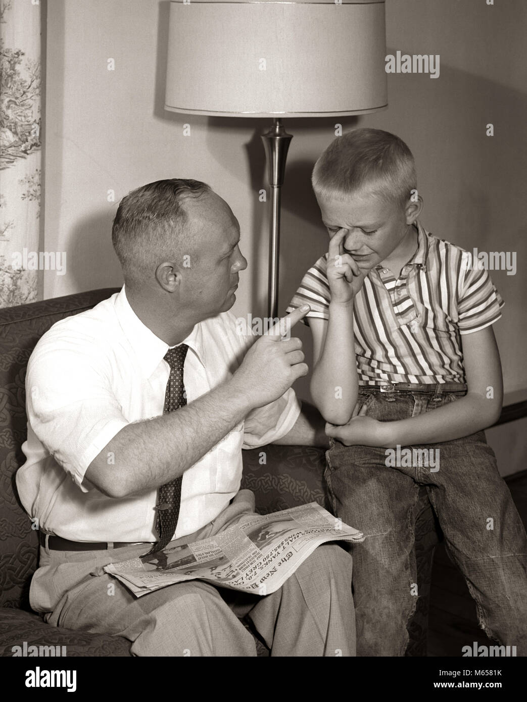 1960s FATHER DISCIPLINING UPSET CRYING SON - j5959 CRS001 HARS SONS LIFESTYLE PARENTING GROWNUP HOME LIFE PEOPLE - Stock Image