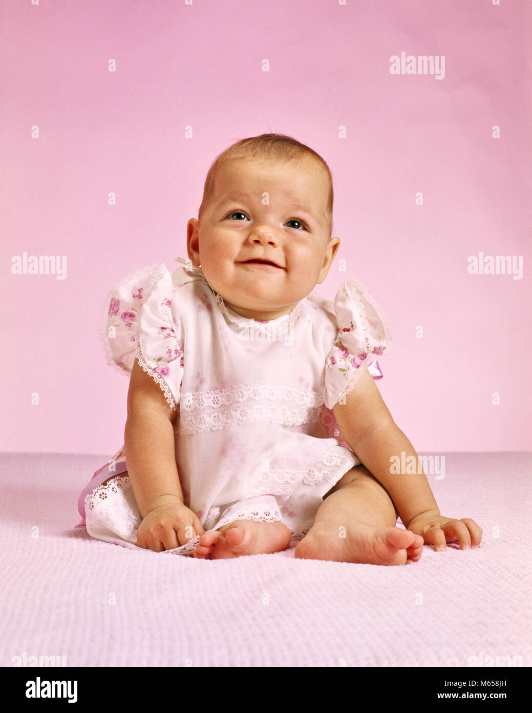 1970s BABY GIRL IN PINK SMILING - kb10545 HAR001 HARS 6-12 MONTHS JUVENILES BABY GIRL CAUCASIAN ETHNICITY LOOKING - Stock Image