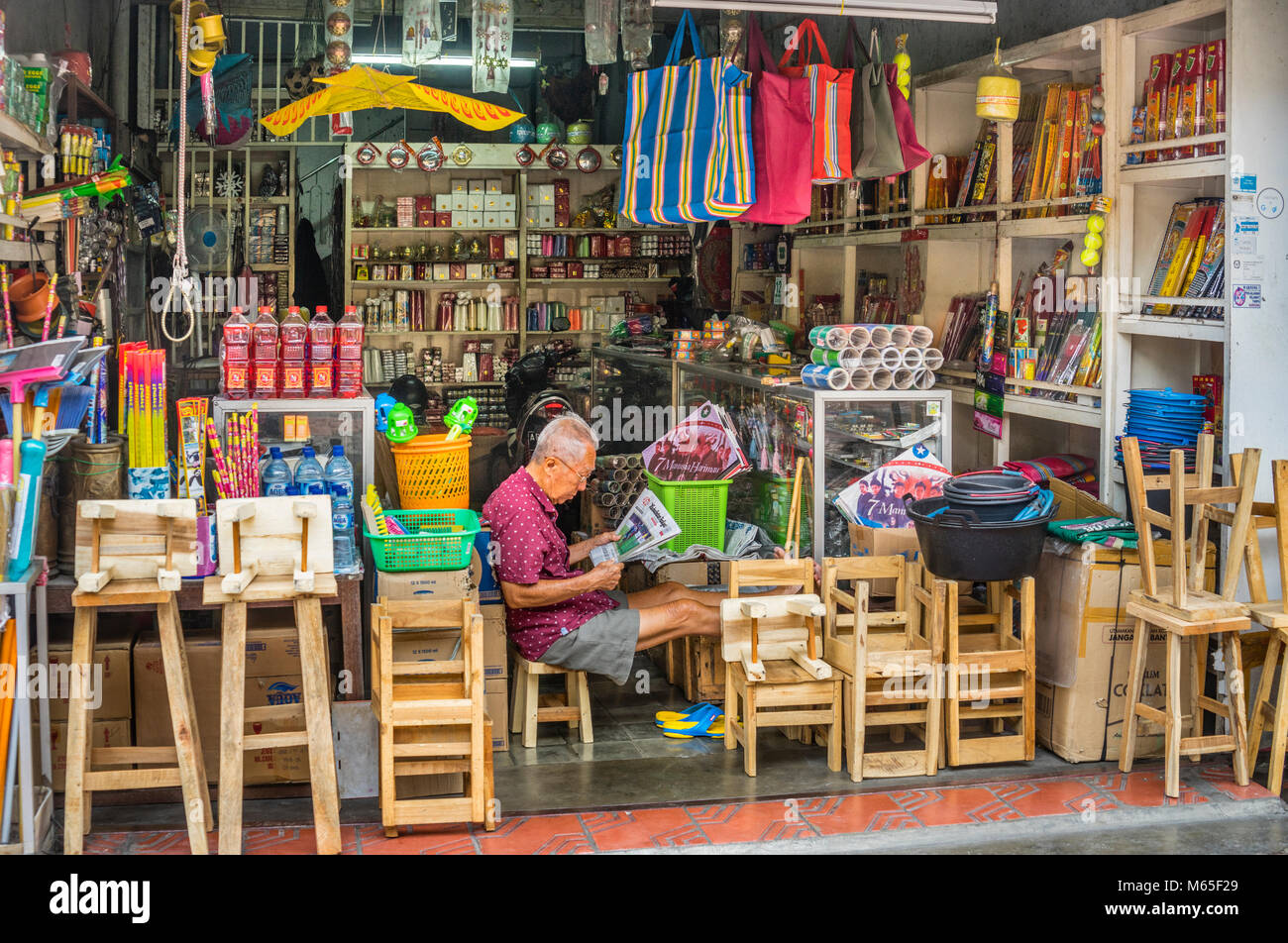 Indonesia, Central Java, Yogyakarta, Malioboro, shop keeper at Jalan Pajeksan - Stock Image