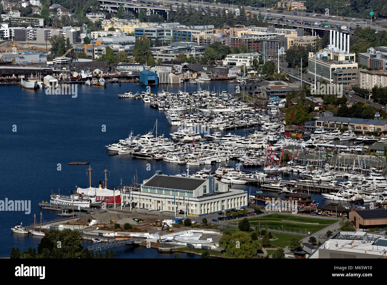 WA13792-00...WASHINGTON - View east of the southern end of Lake Union including, Lake Union Park, the Museum of - Stock Image