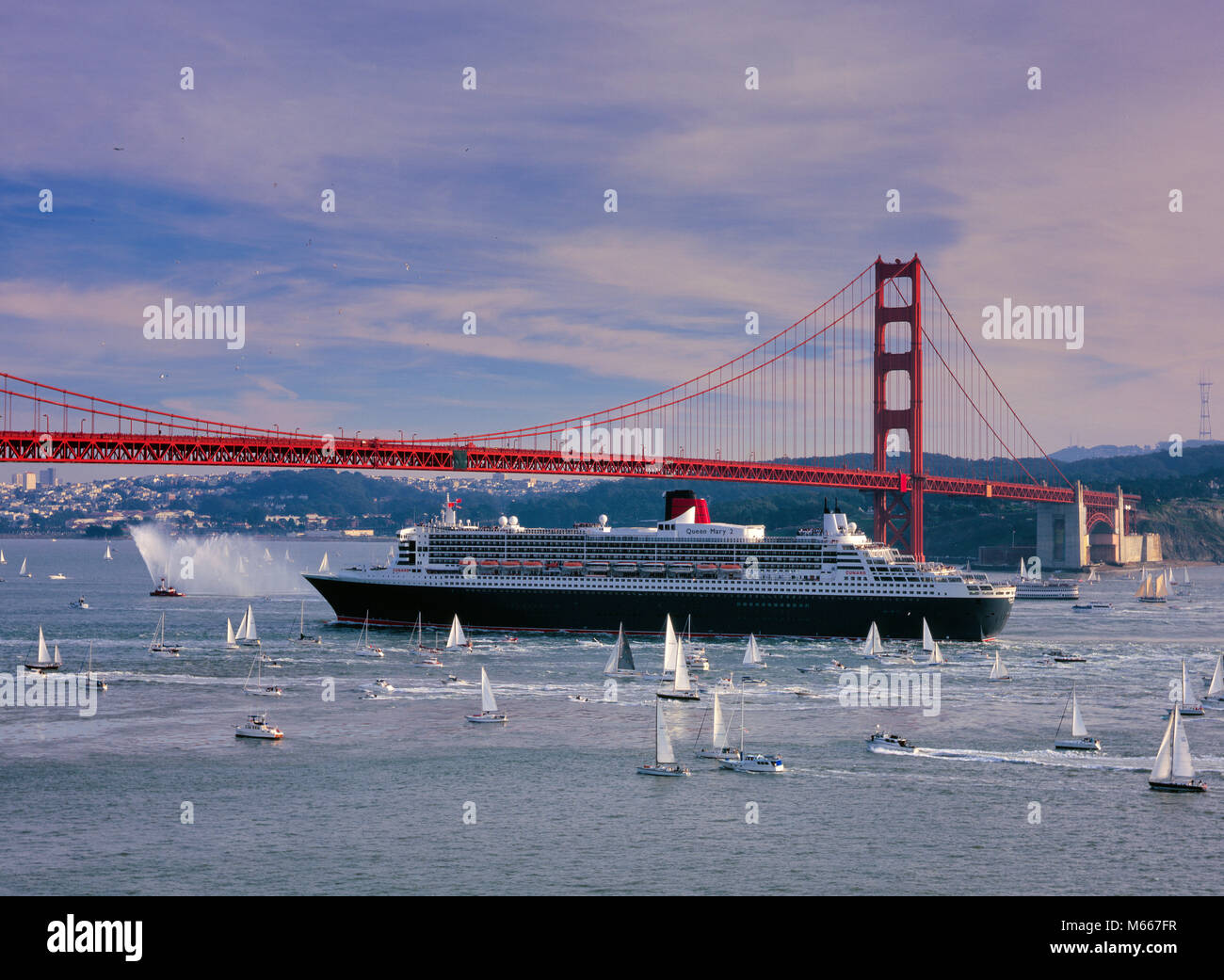 Queen Mary 2, Golden Gate Bridge, San Francisco, California - Stock Image