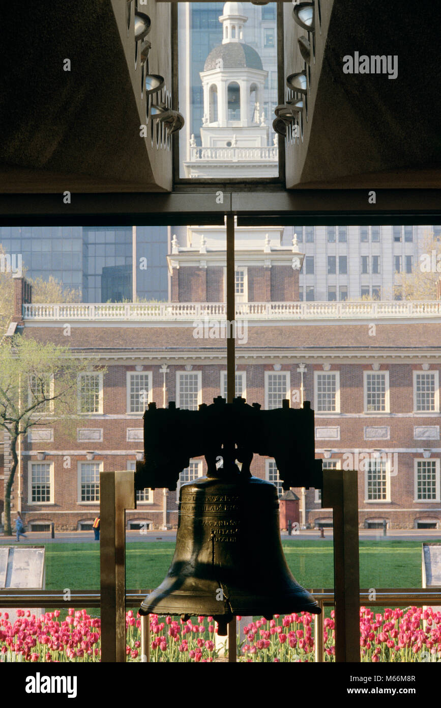 1990s LIBERTY BELL WITH INDEPENDENCE HALL IN BACKGROUND PHILADELPHIA PENNSYLVANIA USA - kh11027 NET002 HARS INDOORS - Stock Image