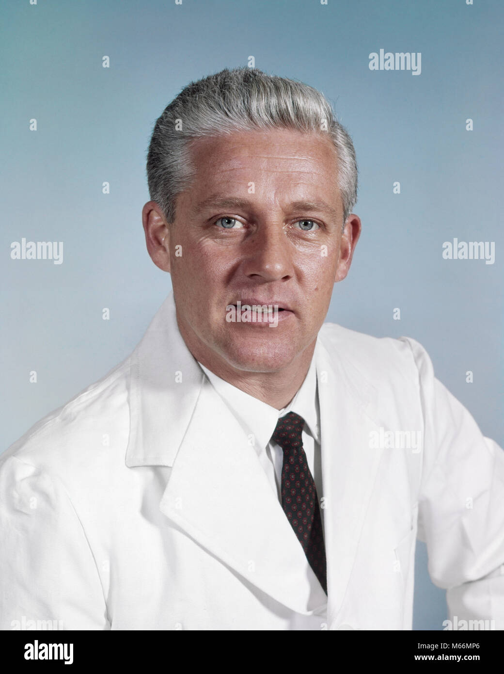 1960s PORTRAIT MIDDLE-AGED MAN GRAY HAIR WEARING WHITE LAB COAT LOOKING AT CAMERA - km501 HAR001 HARS NOSTALGIA - Stock Image