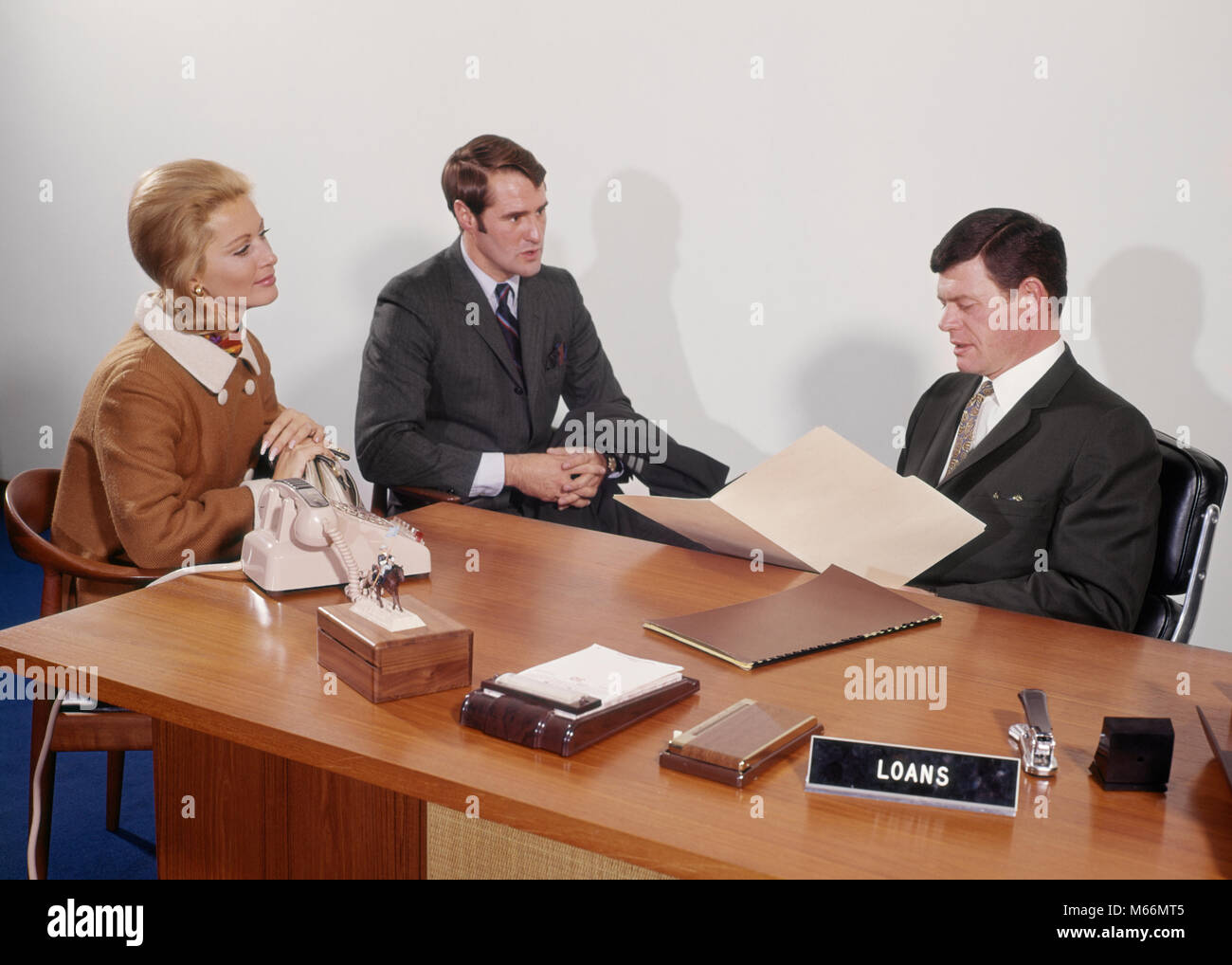 1960s COUPLE BEING INTERVIEWED BY BANK LOAN OFFICER - ko340 HAR001 HARS INFORMATION CAUCASIAN LIFESTYLE FEMALES - Stock Image