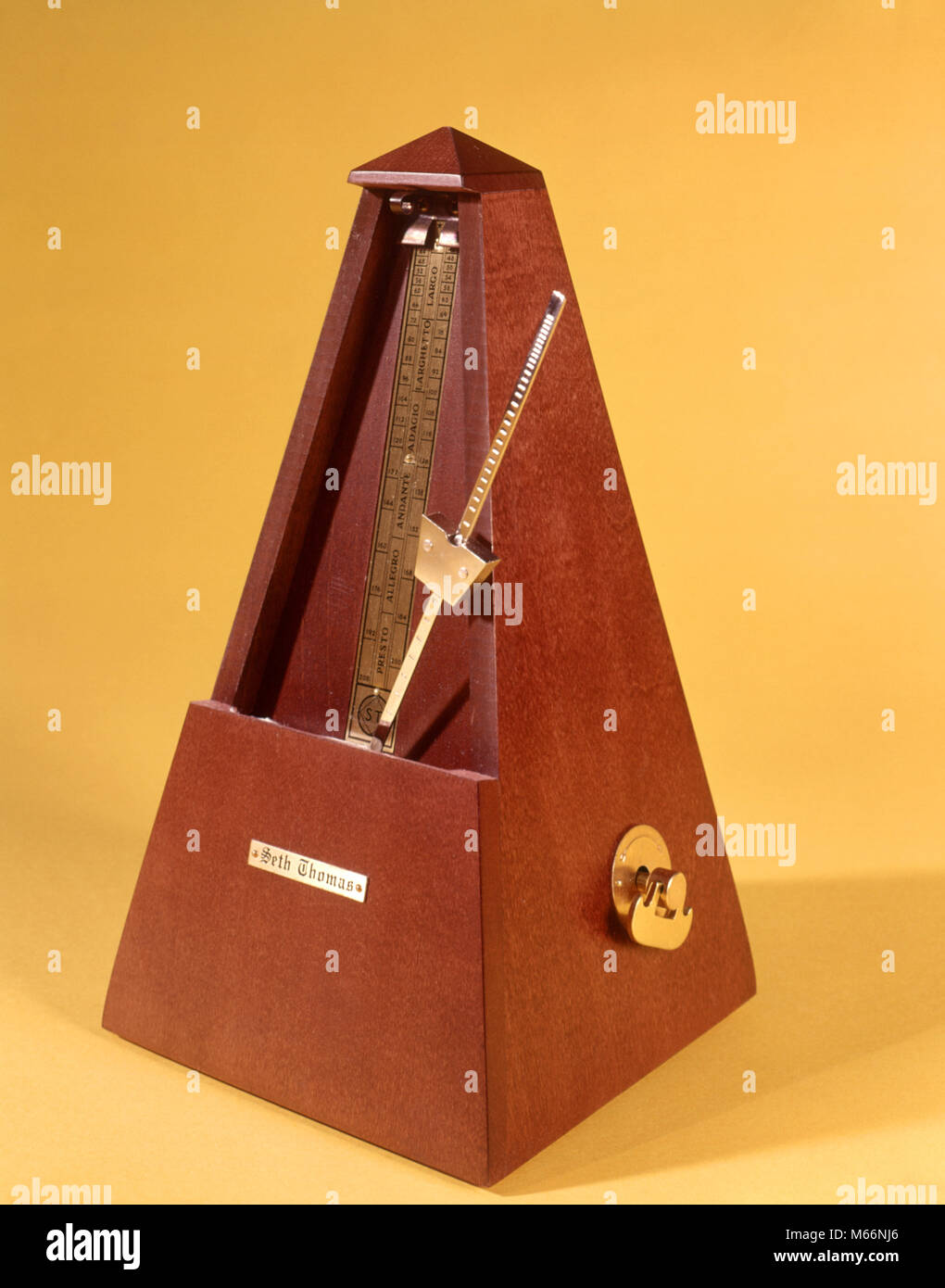 1970s WOODEN METRONOME KEEPING TIME - ks7586 HAR001 HARS BEATS BEATS PER MINUTE BPM CLICK CLICKING EVEN GADGET GIZMO - Stock Image