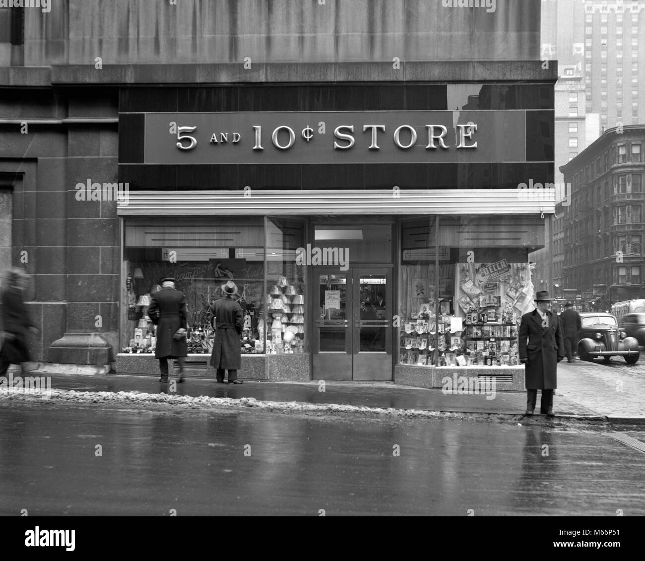 1940s FACADE OF M.H. LAMSTON 5 & 10 CENT STORES 45TH STREET AND LEXINGTON AVENUE MANHATTAN NEW YORK CITY USA - q40381 Stock Photo