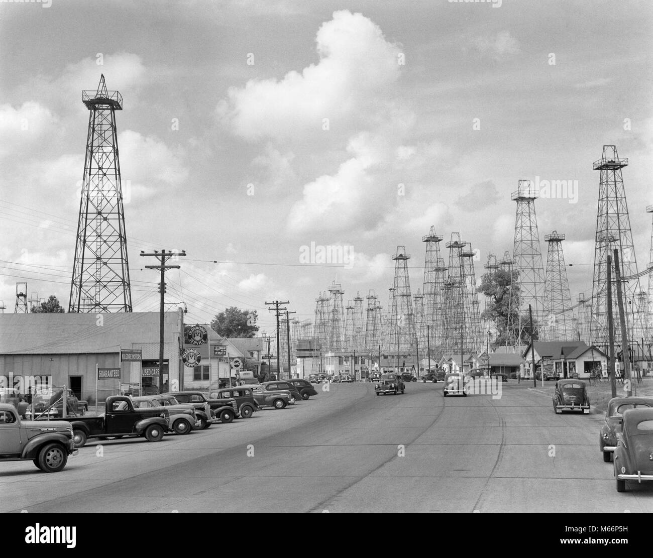 1940s HIGHWAY THROUGH FOREST OF OIL DERRICKS KILGORE TEXAS USA - q41356 CPC001 HARS RIG RIGS - Stock Image