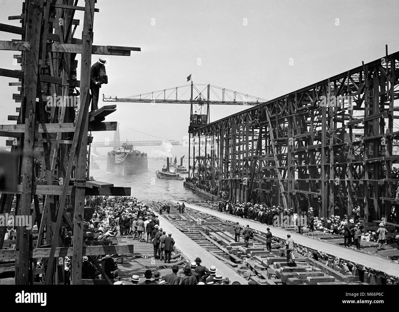 1900s JUNE 19 1915 LAUNCHING OF BATTLESHIP ARIZONA FROM BROOKLYN NAVY YARD INTO EAST RIVER WITH WAITING TUG BOATS - Stock Image
