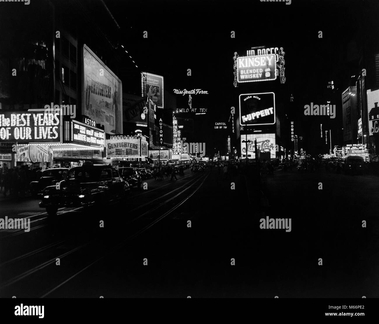 1940s TIMES SQUARE AT NIGHT BROADWAY 45TH STREET CIRCA 1947 NEON MARQUEES MOVIE THEATERS TAXIS MANHATTAN NYC USA - Stock Image