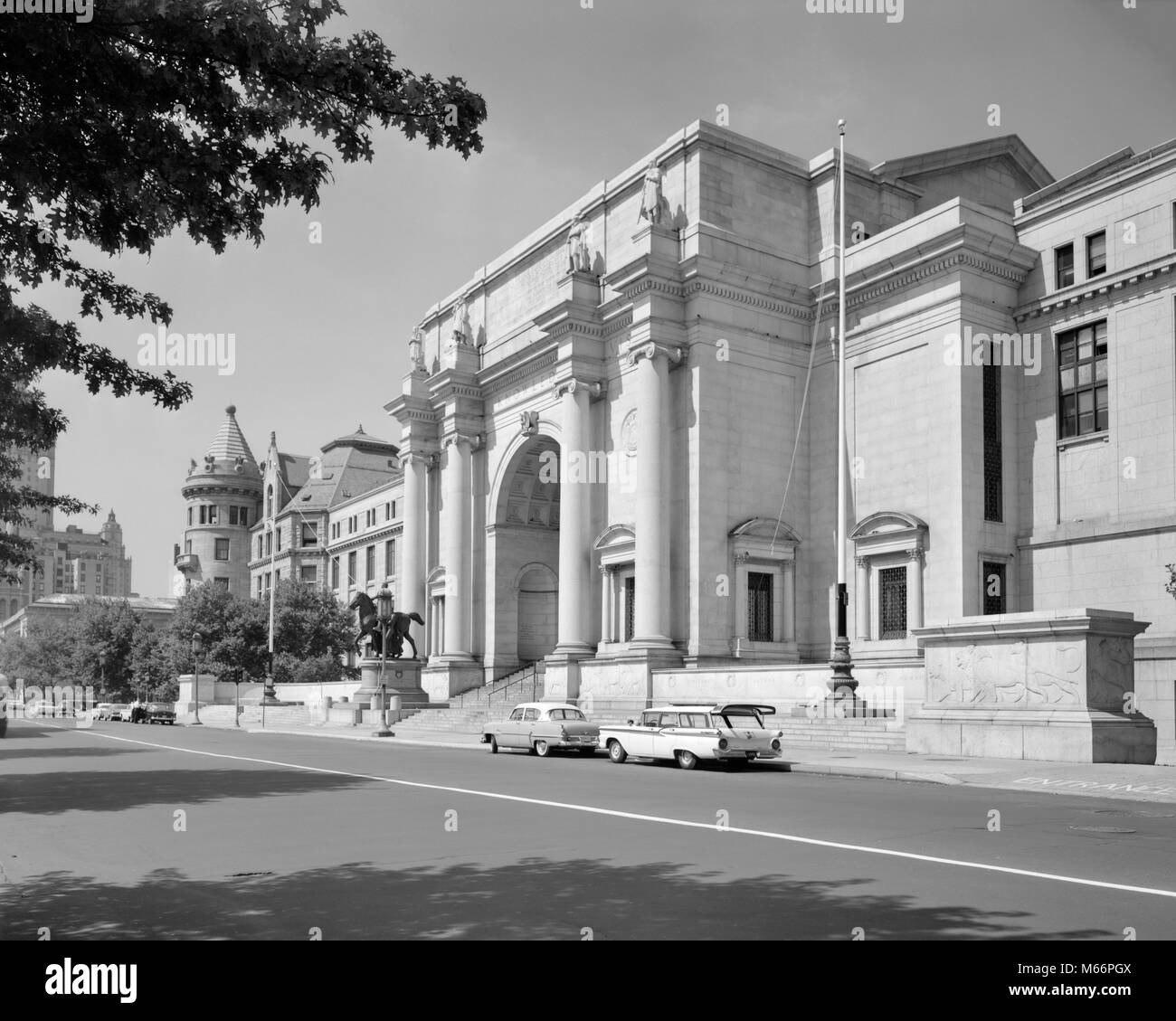 1950s 1960s AMERICAN MUSEUM OF NATURAL HISTORY CENTRAL PARK WEST MANHATTAN NEW YORK CITY USA - r5719 KRU001 HARS - Stock Image