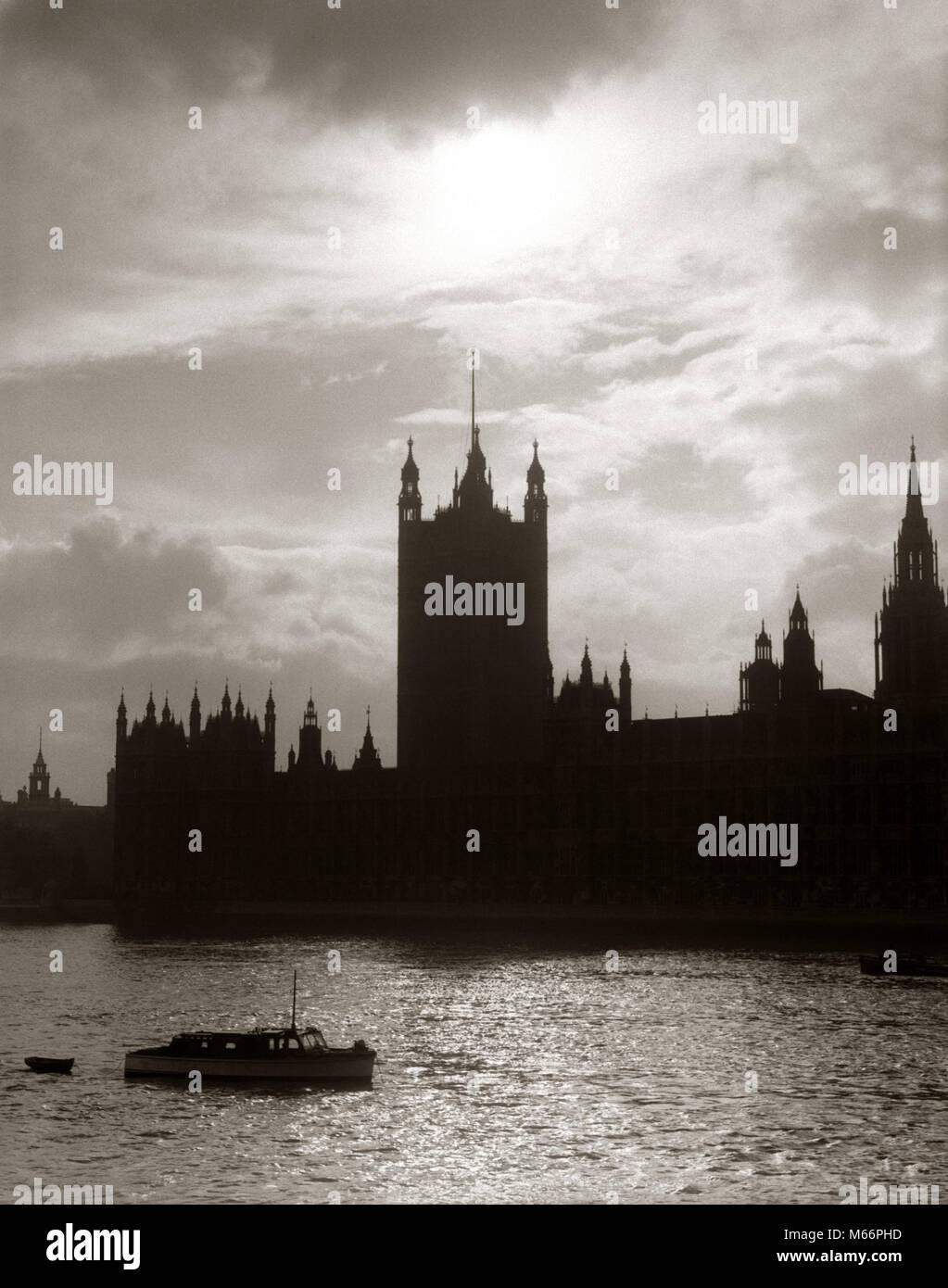 1930s 1940s HOUSES OF PARLIAMENT SILHOUETTE SKYLINE LONDON ENGLAND BLACKOUT