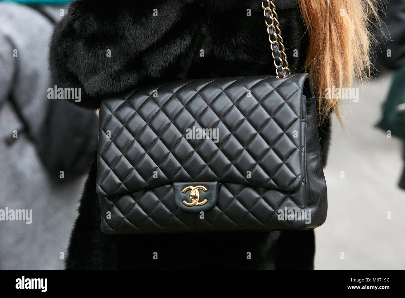 Borse Con Catena Chanel.Milan February 25 Woman With Black Chanel Leather Bag With