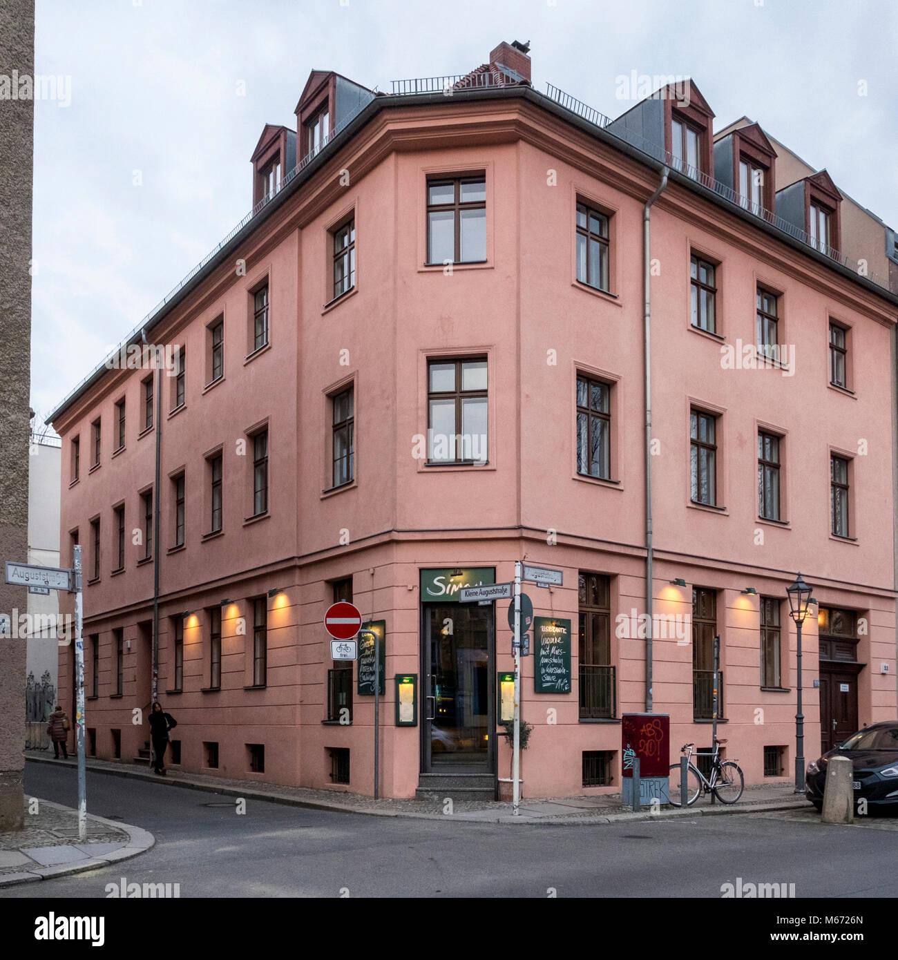 berlin, Mitte. Simon Italian restaurant on corner of August Strasse. Building exterior & entrance - Stock Image