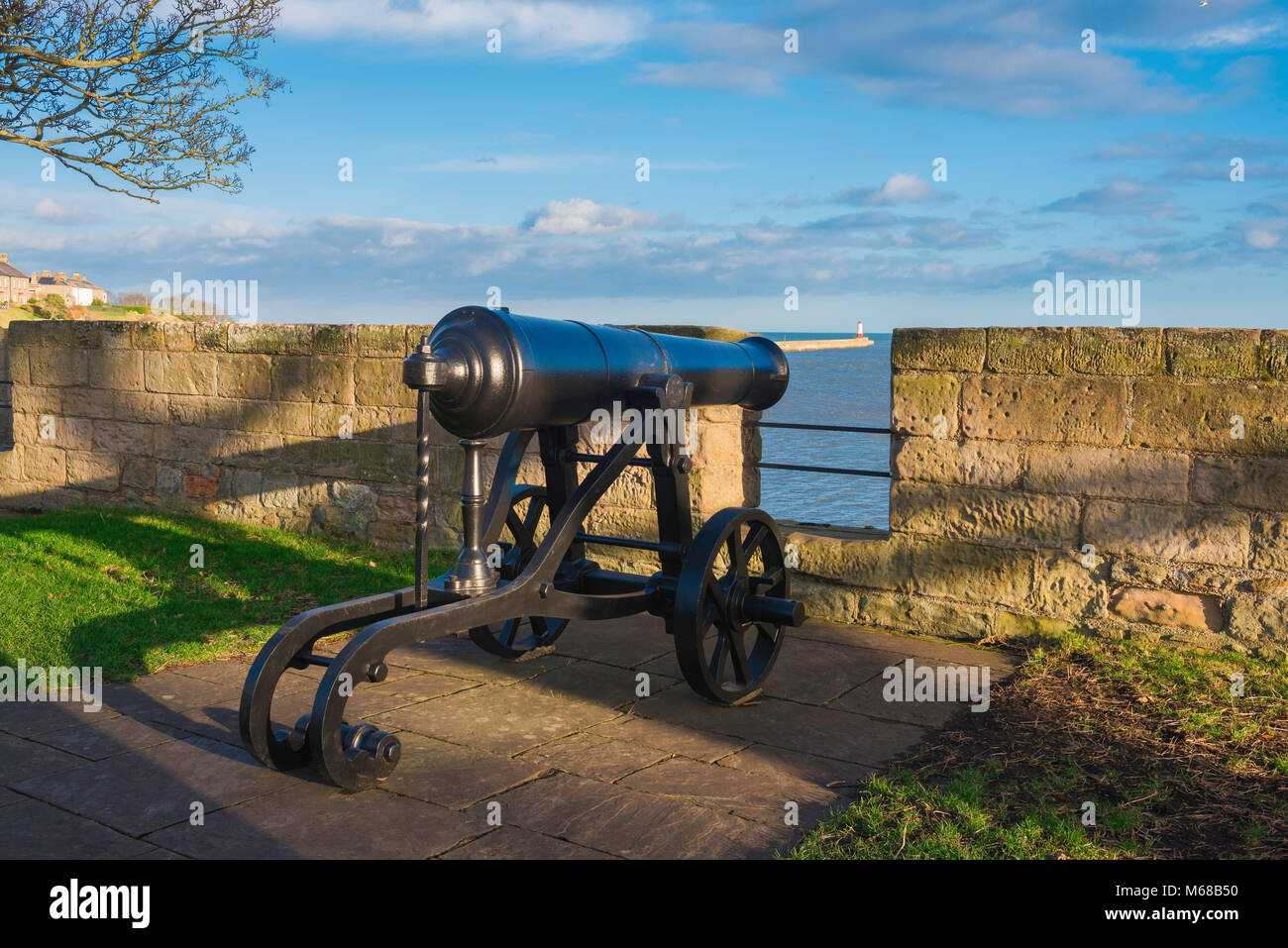 Berwick upon Tweed walls, a captured Russian cannon from the Crimean War sited at a parapet in the defensive walls - Stock Image