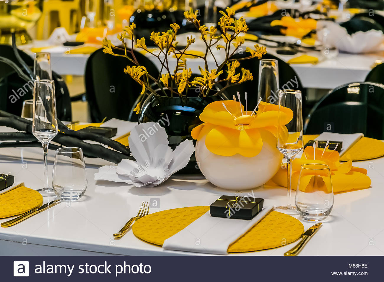 Yellow black and white table setting and decor for gala dinner or event for Spring Festival & Yellow black and white table setting and decor for gala dinner or ...