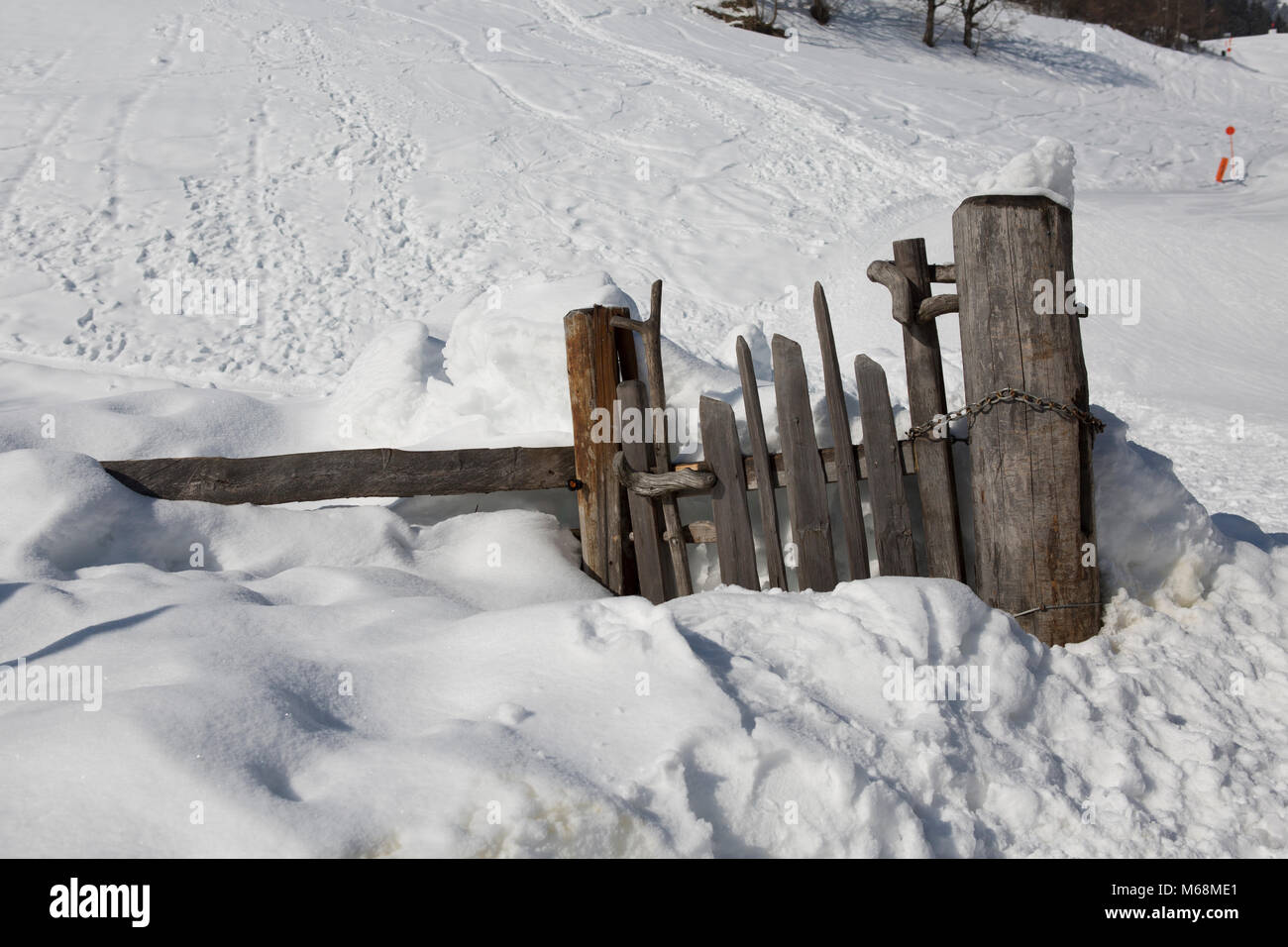 Europe Austria Alps Großarl - an old damaged wooden fence in the snow - Stock Image