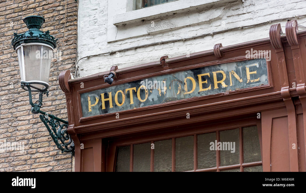 Photo Moderne signage adorns the photographic shopfront facade in the ancient city of Bruges Stock Photo