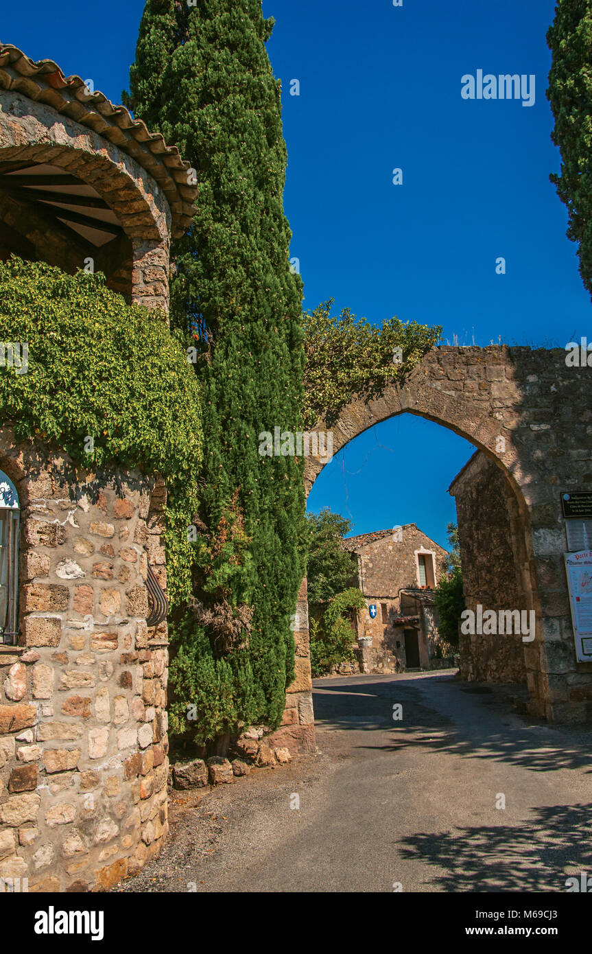 View of stone wall and arch at the entrance of the medieval hamlet of Les Arcs-sur-Argens. Located in the Provence - Stock Image