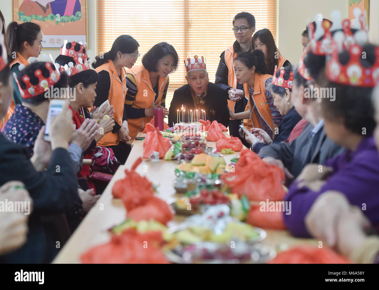 (180302) -- BEIJING, March 2, 2018 (Xinhua) -- Elders have a group birthday party in a nursing home in Fuzhou, capital - Stock Image