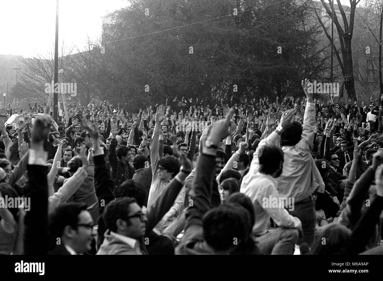 ASSEMBLY OF UNIVERSITY STUDENTS OF THE POLYTECHNIC IN PIAZZA LEONARDO DA VINCI, VOTE FOR HAND YEAR 1968 (PHOTO DE - Stock Image