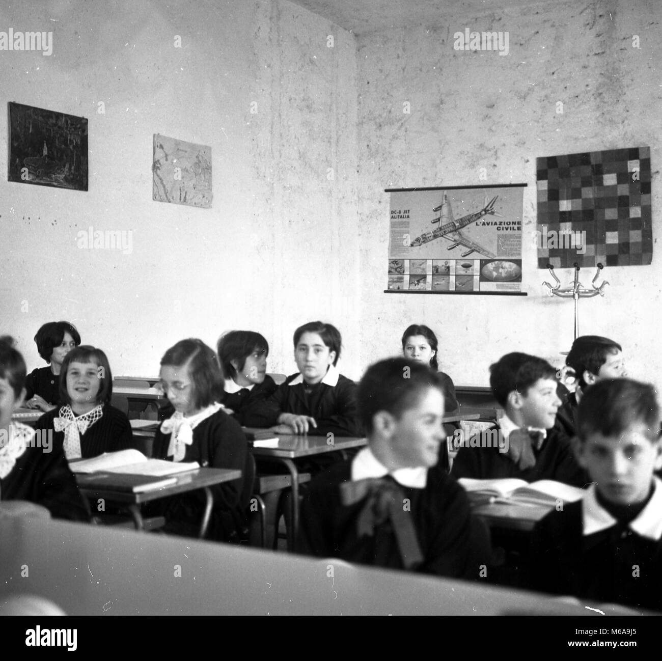 ELEMENTARY SCHOOL RETURNED BY STORE, FOR LACK OF AULE IN LIMBIATE, ALUMNI BETWEEN THE BANCHI YEAR 1968 (PHOTO DE - Stock Image