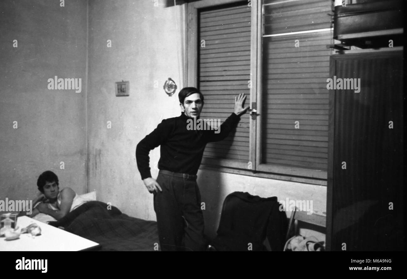 IMMIGRANTS EARTHQUAKE REFUGEES OF BELICE IN MILAN, IN EMERGENCY HOUSING YEAR 1968 (FOTO DE BELLIS, MILAN - 1968 - Stock Image