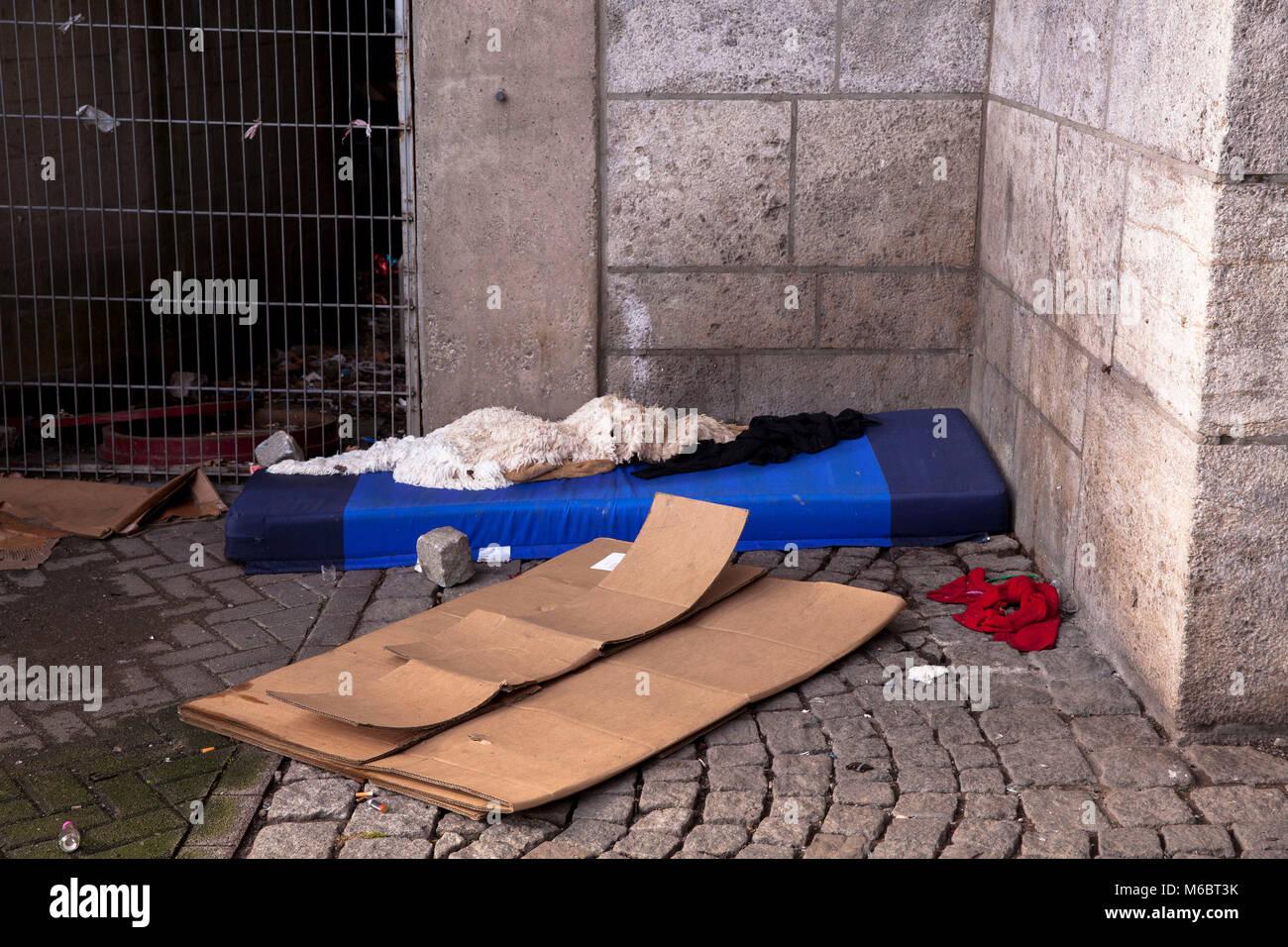 sleeping berth of a homless person under the Deutzer bridge, Cologne, Germany.  Schlafplatz eines Obdachlosen unter - Stock Image