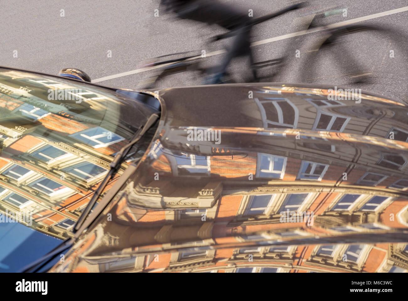 Straßenverkehr,Auto und Radfahrer - Stock Image