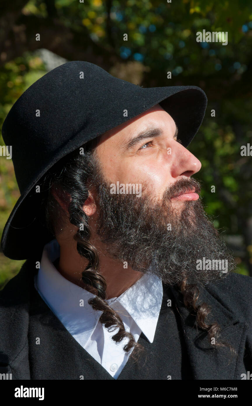 What is Judaism and how real Jewish Orthodox should dress and look like. Outdoor sunny portrait of a young orthodox - Stock Image