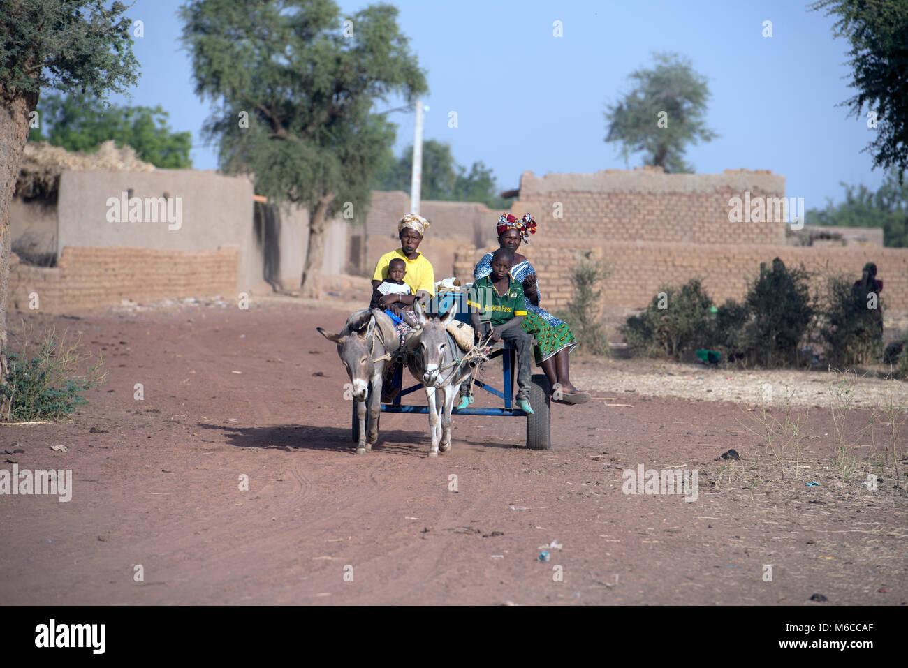 Indigenous, ethnic Fulani women and children travelling on a donkey cart. Mali, West Africa. - Stock Image